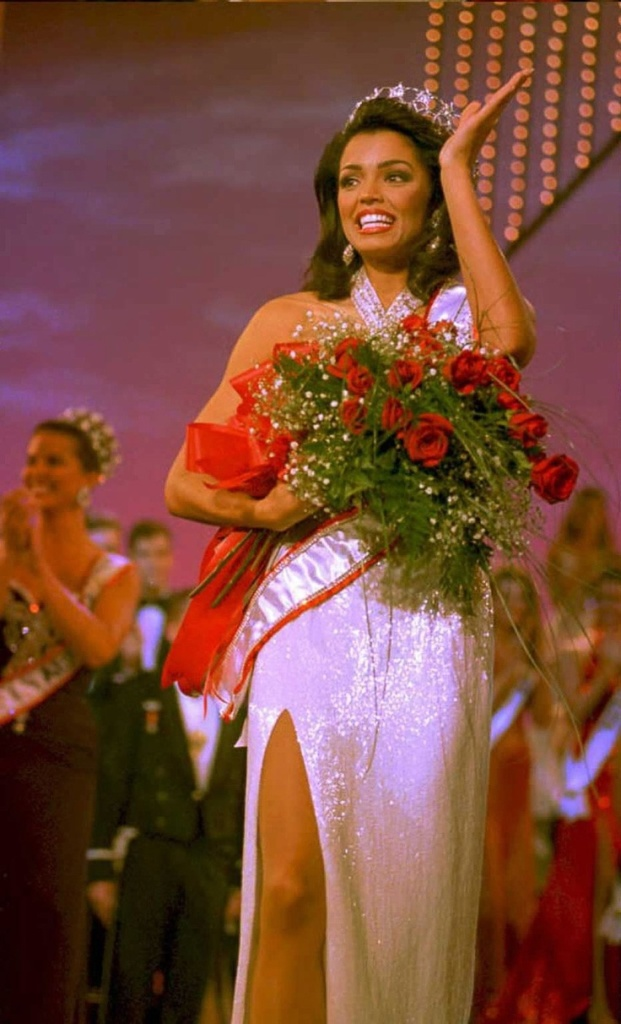 Miss Universe: Chelsi Smith
