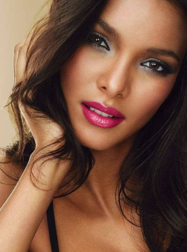 Lais Ribeiro earned a  million dollar salary, leaving the net worth at 3 million in 2017