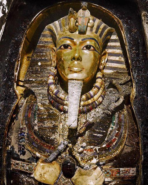 tutankhamun's gold funerary mask 01