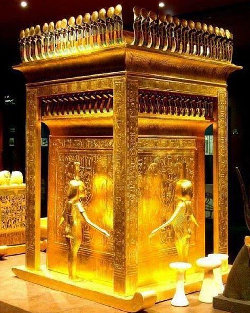 tutankhamun's gold funerary mask 02