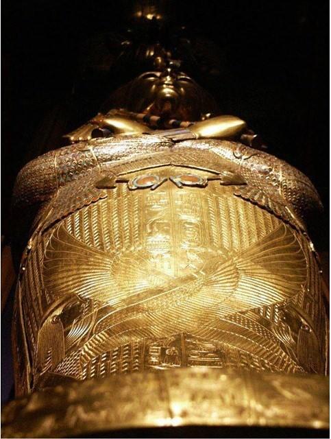 tutankhamun's gold funerary mask 04