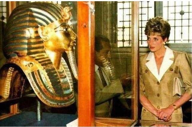 tutankhamun's gold funerary mask 12